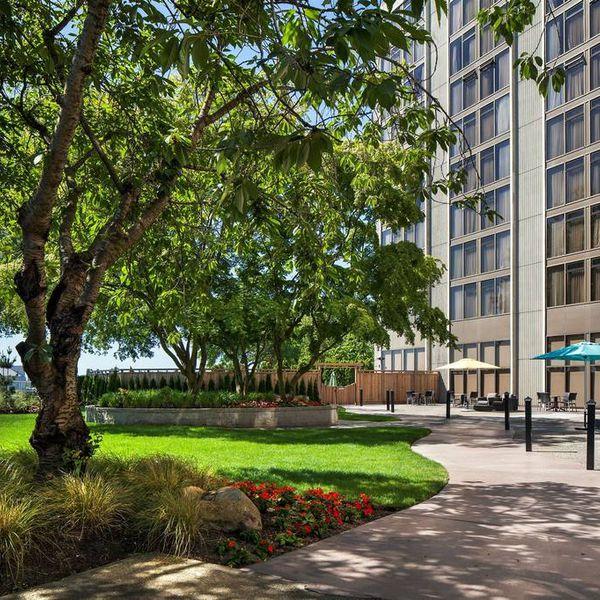 Pacific Gateway Hotel YVR Airport - garden