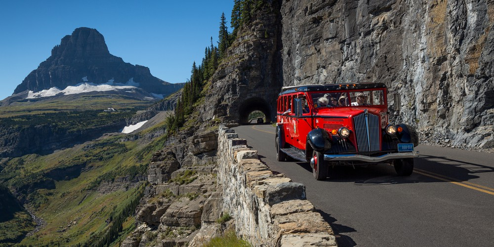 De 'red bus' in Glacier National Park
