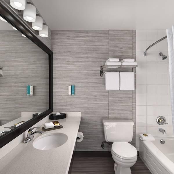 Best Western Carlton Plaza - Bathroom