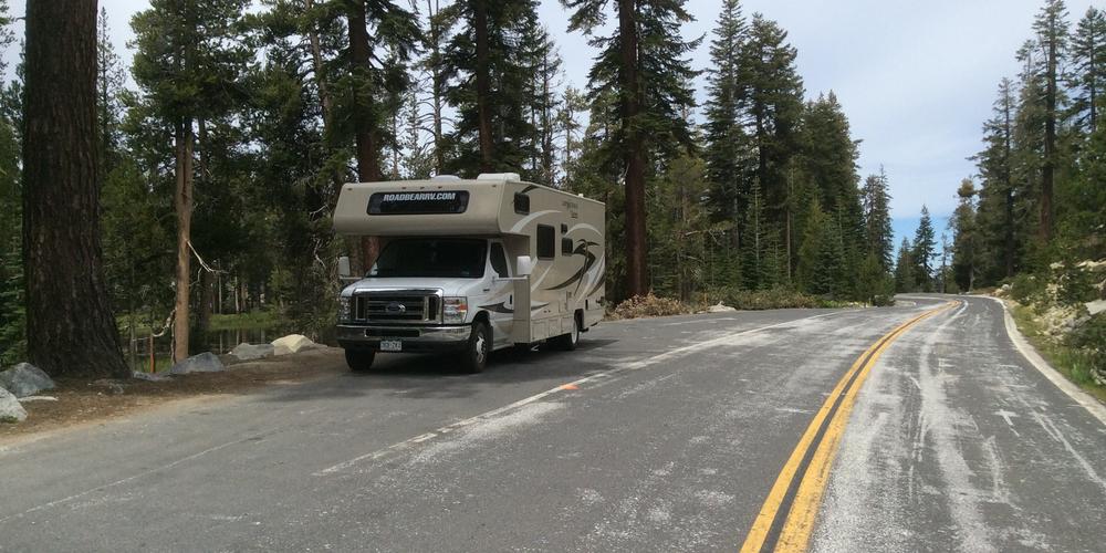 Rijden over de Tioga Pass bij Yosemite National Park
