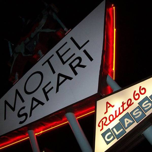 Motel Safari, sign