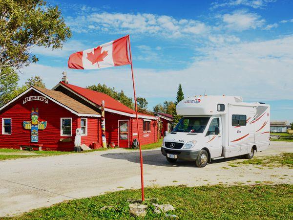 Met de camper van Owasco RV bij de Ten Mile Point Trading Post in Ontario