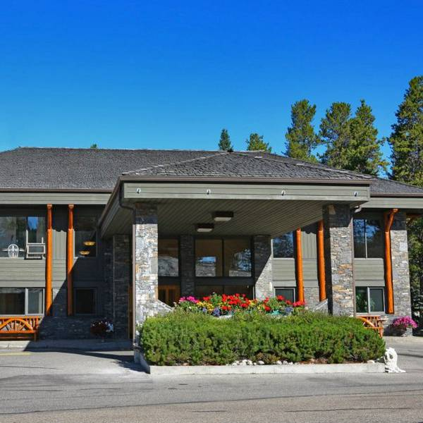 Mountaineer Lodge Lake Louise - exterior