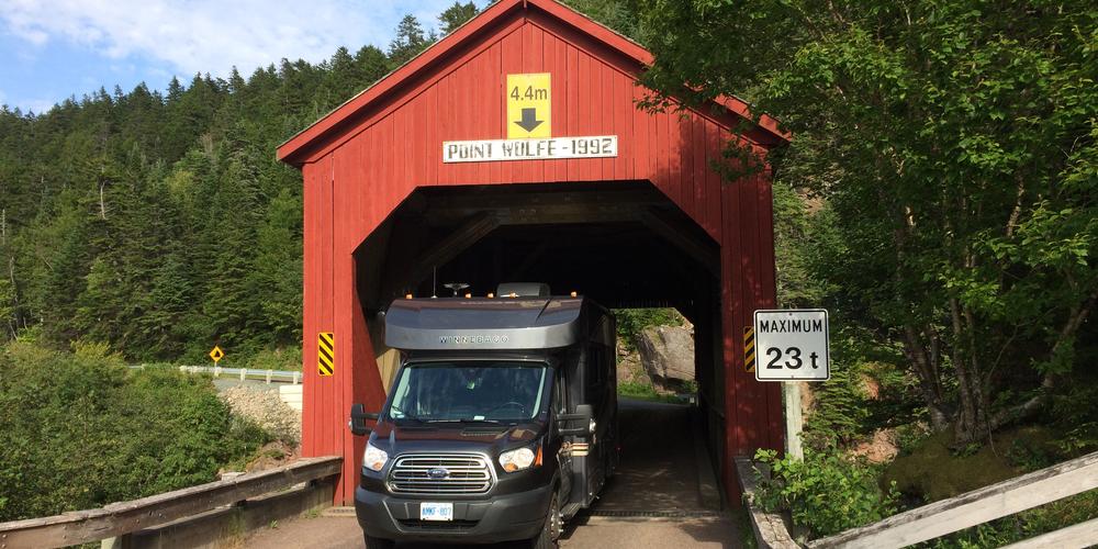 Met de camper door een covered bridge rijden bij Fundy National Park